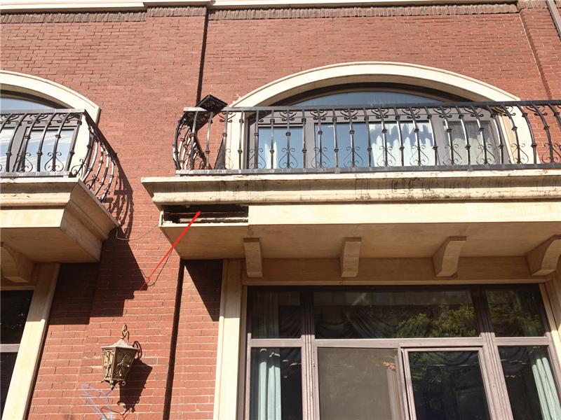 维修前照片(阳台一角石材脱落)