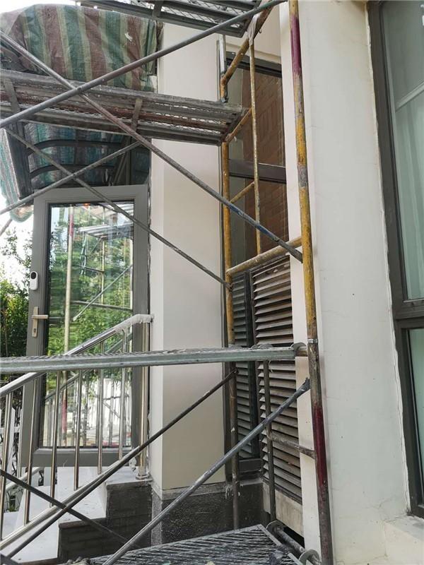 窗户下雨渗漏水维修施工中