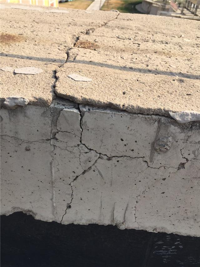 屋顶基层粉化开裂严重