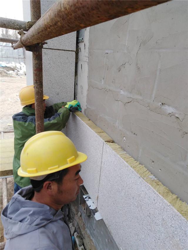 岩棉保温装饰一体板施工图片弹线