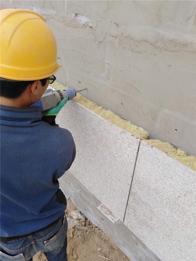 岩棉保温装饰一体板施工图片开孔