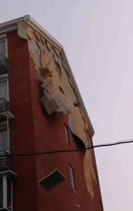 外墙保温涂料正在脱落的照片
