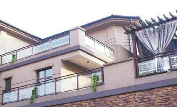 别墅外墙翻新——阳台护栏的种类及安装注意事项之玻璃护栏