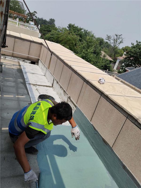 高端别墅石材屋面渗漏水维修现场施工图片2