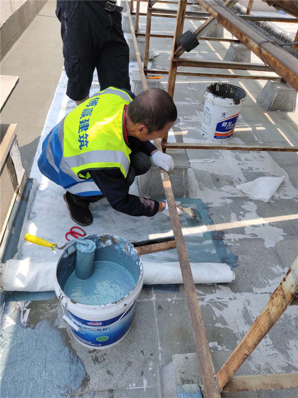高端别墅石材屋面渗漏水维修现场施工图片4