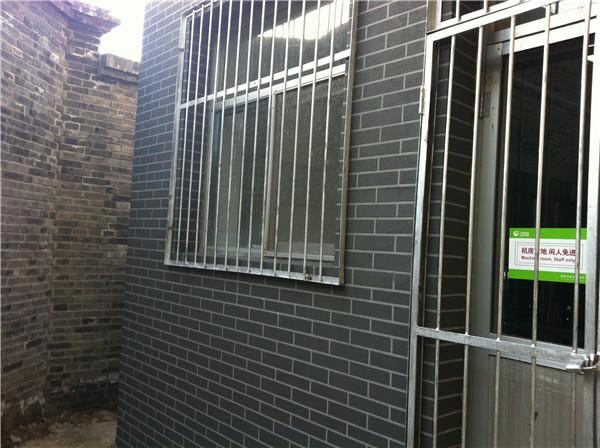 龙山新新小镇别墅外墙质感涂料窗口仿砖施工